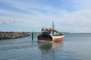 Un bateau de pêche part en mer